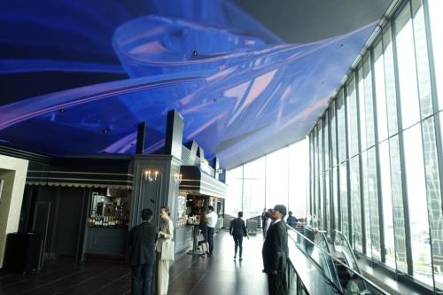 12階のホワイエ。傾いた天井面に映像が投映される(写真:日経アーキテクチュア)