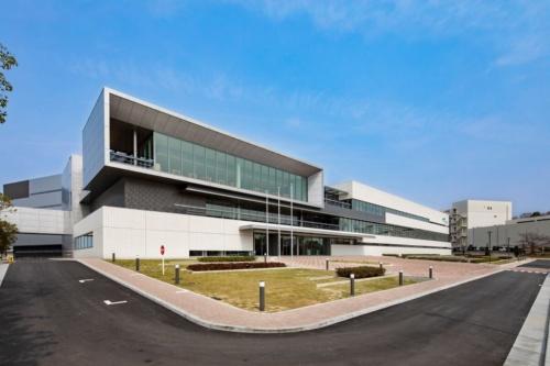 部屋免震システムを導入した「テクノパーク イーストサイト」の外観。2019年2月に竣工した(写真:竹中工務店)