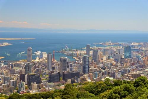 神戸市の鳥瞰写真。同市は2020年7月に都心部のタワーマンションなど住宅の建設を禁止または規制する改正条例を施行する(写真:神戸市)