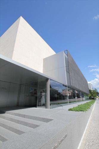 入り口のある西側から見た外観。外壁のベージュ色の石はブラジル産花こう岩(写真:日経アーキテクチュア)