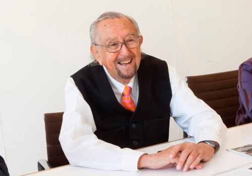 米ニューヘブンにあるペリ・クラーク・ペリ・アーキテクツのオフィスで、日経アーキテクチュアの取材に応えるシーザー・ペリ氏。2015年に撮影。19年7月19日正午(米国時間)に亡くなった(写真:檜佐 文野)