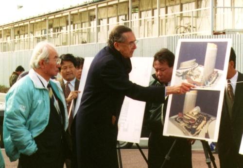 1993年ごろ、「シーホーク ホテル&リゾート」の現場で撮影。左に写るのが、ダイエー創業者の故中内功氏で、中央がペリ氏(写真:ペリ・クラーク・ペリ・アーキテクツ・ジャパン)