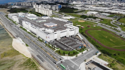沖縄県浦添市に建設した「サンエー浦添西海岸 PARCO CITY」の全景。店舗棟は1フロアの面積が約4万1900m2と広い(写真:竹中工務店)