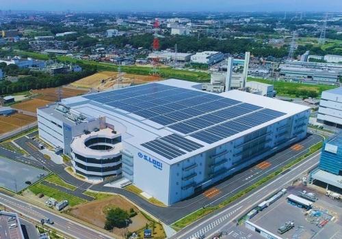 S.LOGi(エスロジ)新座Westの外観。エスロジは清水建設が開発する物流施設ブランド。第4弾となる新座Westは、埼玉県新座市の土地区画整理事業地内で、同社の土木・建築・設計・投資開発部門が一体となって手掛けた。新座Westは、延べ面積約13万m2、地上4階建て、1階は鉄筋コンクリート造、2階以上は鉄骨造。2019年8月30日に竣工し、9月1日に一部入居が開始した。まだテナントが決まっていない区画の一部で、早期火災検知システムの実験やAIの学習を実施している(写真:清水建設)
