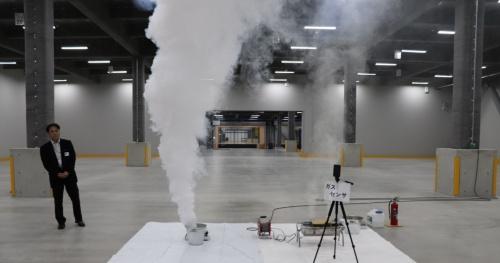 清水建設が開発している「早期火災検知システム」の公開実験の様子。左は発煙筒の煙、右は段ボールを燃やして発生した煙(写真:日経アーキテクチュア)