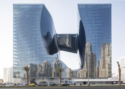 ビルは大穴に沿って2つの独立したタワーが融合するような形状に設計された。(写真:Laurian Ghinitoiu)