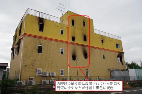 被災した建物の西面。内階段の踊り場に設置されていた開口の周辺にすすなどが付着していることから、内階段は煙で汚染されていたことが分かる(写真:日経アーキテクチュア)