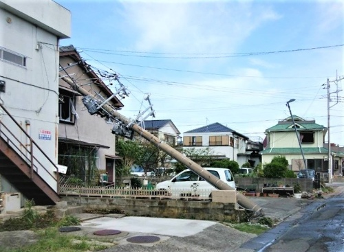 千葉県南部に位置する鋸南町(きょなんまち)の住宅街。9月10日に撮影。台風15号の強風によって電柱がなぎ倒された(写真:近隣住民の提供)