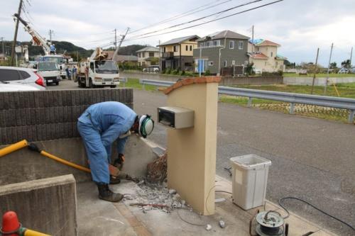 倒壊した電柱を根元から解体する様子。館山市で9月13日撮影(写真:日経 xTECH)