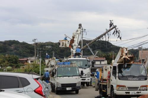 倒壊した電柱をクレーンでつり下げて移動する様子。館山市で9月13日撮影(写真:日経 xTECH)