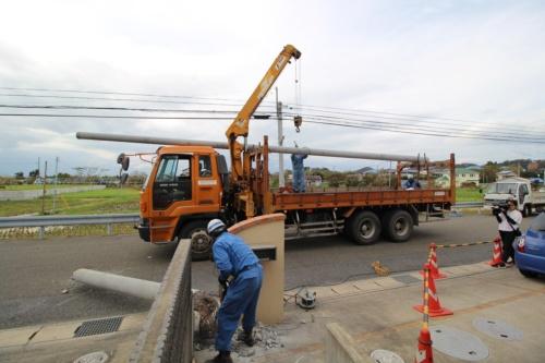 トラックが新しい電柱を運んできた様子。館山市で9月13日撮影(写真:日経 xTECH)