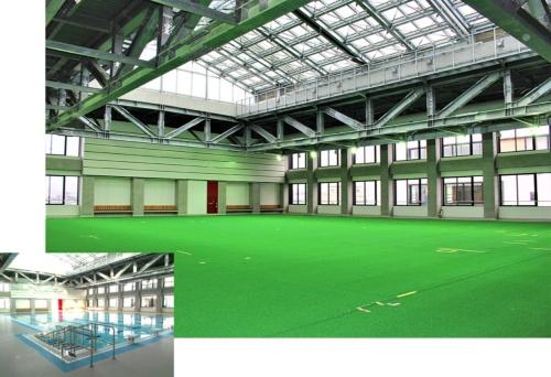 新潟県三条市の小中一体校に設置された可動床式プール。床材や可動システムに不具合が生じ、市と設計者が争った。プールは改修済みだが、現在は床下に支持材を追加して使用している(写真:上は日経 xTECH、下は三条市)