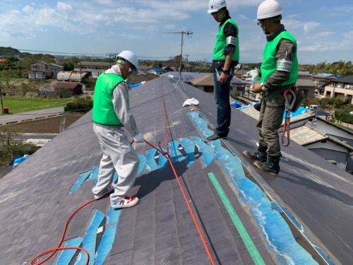 職人のマッチングサービスを手掛ける「ユニオンテック」が千葉県富津市で進める応急修理の様子。社員と職人を被災地に派遣して、破損した屋根にブルーシートを敷設している(写真:ユニオンテック)
