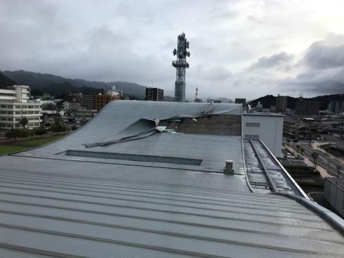 山口市の山口情報芸術センター(YCAM)で2019年9月22日、台風17号の強風で屋根材がめくれる被害が発生した(写真:山口市)