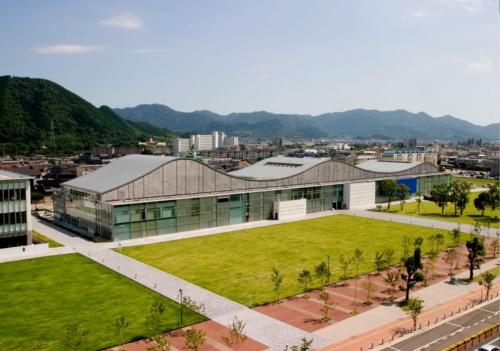 山口情報芸術センターの外観。屋根は3つの山の曲面で構成する(写真:山口市)