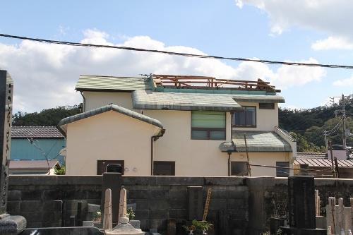 屋根に段差を設けて高くしていた箇所の小屋組みが、母屋ごと吹き飛んだ。段差を設けていた部分の接合部に金物は確認できなかった。残された木材と銅板のふき材には腐朽の痕が見られた。鋸南町勝山地区で撮影(写真:日経 xTECH)
