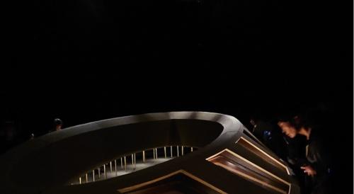 会場全体を真っ暗にしたカルティエの展覧会(写真:日経アーキテクチュア)