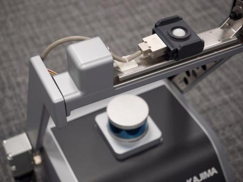 アーム部分に照度計を備えた。1カ所当たりの測定は約2秒で済む。本体には自己位置を確認するためのレーザーレンジファインダーを装備した(写真:鹿島)
