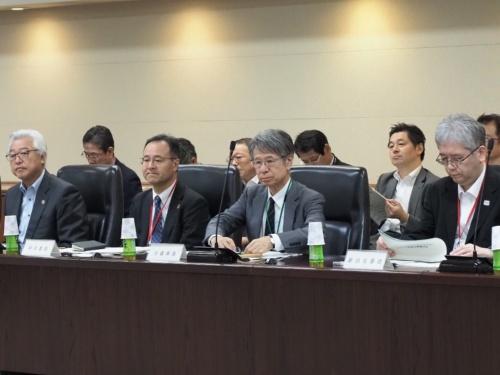 10月24日に開いたワーキンググループ会合の模様。写真手前の右から 2番目の人物が大森文彦座長。ワーキンググループは委員10人、オブザーバー1人で構成している(写真:池谷 和浩)