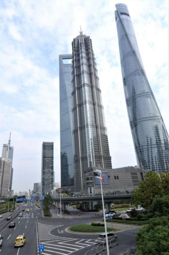 中国の超高層ビルも複数ノミネートした。写真は中国・上海に立ち並ぶ超高層ビルで、右から「上海タワー」(2015年完成)、「ジンマオタワー」(1999年完成)、森ビルグループが運営する「上海環球金融中心」(2008年完成)。いずれも50選に入っている(写真:日経アーキテクチュア)