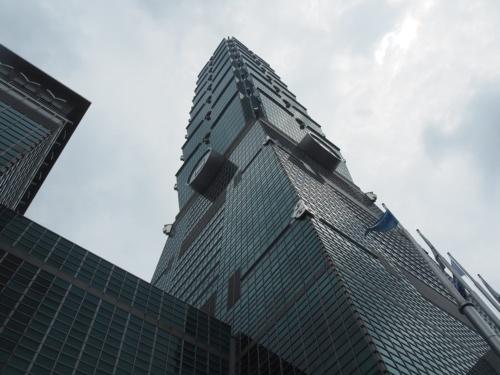 台北に立つ「台北101」を見上げる。熊谷組が施工を手掛けた(写真:日経アーキテクチュア)