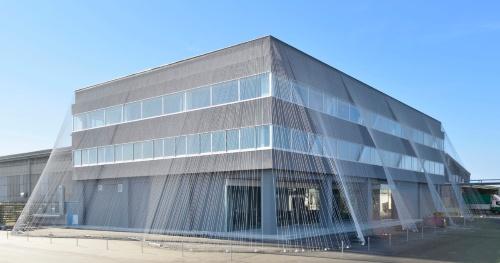 小松マテーレ旧本社棟。カボコーマ・ストランドロッドを使った耐震補強として最初の事例。外周の緊張材にカボコーマ・ストランドロッドを採用(写真:小松マテーレ)