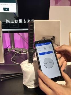 まず、検査する鉄筋の直径などを選ぶ(左)。すると、画面上にガス圧接継ぎ手のガイドが表示されるので、ガイドに鉄筋を合わせて撮影する(右)(写真:日経コンストラクション)