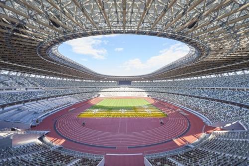 11月30日に竣工を迎えた国立競技場の内観。上部の客席でも臨場感を味わえるように3層のスタンドにした(写真:日本スポーツ振興センター)