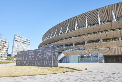 南側から見た外観。奥に見えるのがチケットカウンター(写真:日本スポーツ振興センター)
