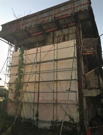 滋賀県野洲市に立つ特定空き家の分譲マンション「美和コーポ」。2020年1月25日に市が行政代執行によって解体する。19年11月21日撮影(写真:日経xTECH)