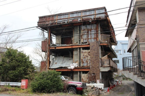 2019年3月22日撮影した美和コーポ。当時の試算では行政代執行による空き家解体の費用を約6000万円と見積もっていた(写真:日経 xTECH)