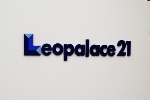 2018年から相次いで施工不備が発覚したレオパレス21。一連の問題を受けて国土交通省は19年12月13日、同社に所属する1級建築士3人の免許を取り消す処分を下した。同社に対して行政処分が出たのは今回が初めてだ(写真:日経アーキテクチュア)