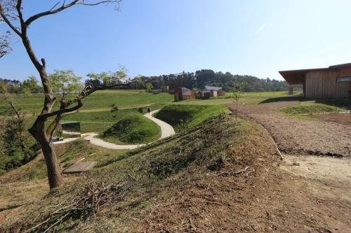 クルックフィールズの敷地全体はすり鉢状で、起伏があり、緩やかな散策ルート上に各建物が点在する(写真:日経 xTECH)