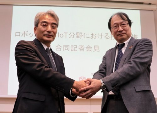 左は鹿島建築管理本部副本部長の伊藤仁常務執行役員。右は竹中工務店技術本部長の村上陸太執行役員(写真:日経アーキテクチュア)