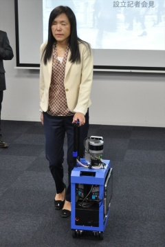 設立の発起人で技術統括者を務める、IBMフェローの浅川智恵子氏。開発中のAIスーツケースについて説明した(写真:日経クロステック)