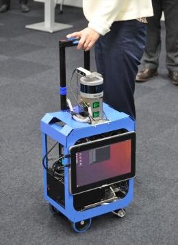 開発中のAIスーツケース。カメラや加速度センサー、レーザーを反射させて周囲の物体を検知する次世代センサー「LiDAR(ライダー)」などを搭載する(写真:日経クロステック)