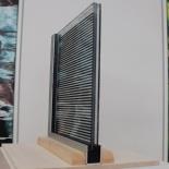 複層ガラスのサンプル(左)とシースルータイプの特徴。シースルータイプは、太陽電池を挟んだ合わせガラスとLow-E膜を張ったガラスを組み合わせた複層ガラスだ(資料:大成建設、写真:本誌)