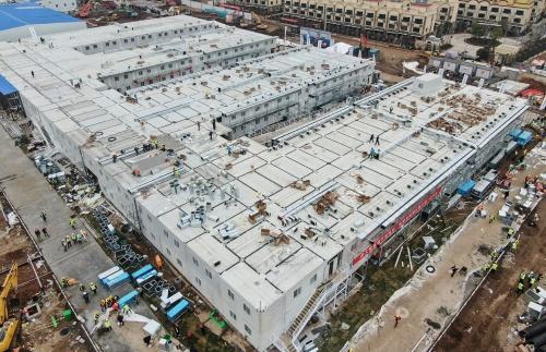 プロジェクト開始から10日で建設された中国・武漢の「火神山医院」。建設現場などで利用される「ユニットハウス」を組み合わせたつくりになっている(写真:新華社/アフロ)