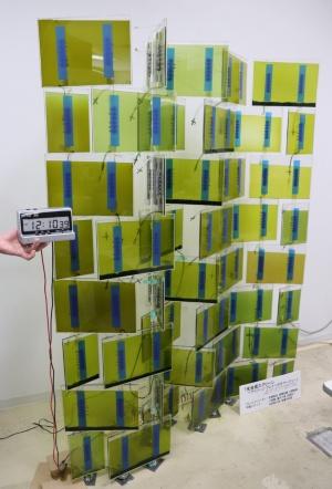 光合成燃料電池を組み込んだスクリーン。10本の支柱に光合成燃料電池パネルを44枚取り付けている。デザインは川上教授が担当した(写真:日経アーキテクチュア)
