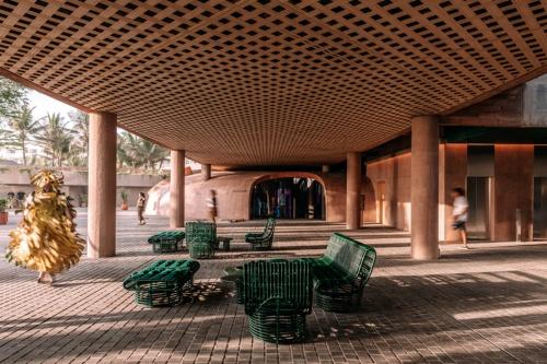 ピロティー部分。写真中央は6店あるレストランの1つ、インドネシア料理「Tanaman」の入り口(写真:Kevin Mak)