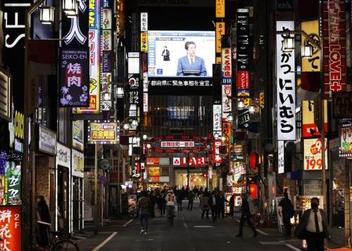 緊急事態宣言後の安倍首相の記者会見を伝える、東京・新宿の大型ビジョン(写真:共同通信)