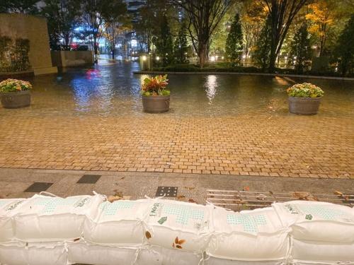 冠水したエントランス前。マンション住民が土のうを積んで1階玄関や地下駐車場の出入り口からの浸水を防いだ(写真:パークシティ武蔵小杉ステーションフォレストタワー)