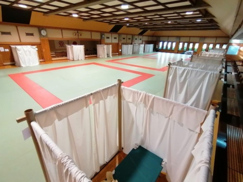 神奈川県では、休業要請を受けたネットカフェの滞在者を受け入れる場として県立武道館を開放した。剣道場や柔道場に、坂茂氏考案の紙管間仕切りシステムを導入した(写真:ボランタリー・アーキテクツ・ネットワーク)