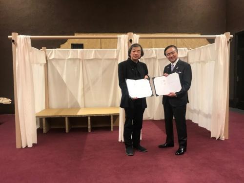 2019年12月24日、神奈川県とNPO法人のVANは非常時に備えた協定を結んだ。左が坂茂氏、右が黒岩祐治知事(写真:ボランタリー・アーキテクツ・ネットワーク)