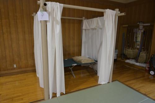 紙管で組み立てた間仕切りシステム。2m四方のスペースを確保できる。内部には、神奈川県が備蓄していた簡易ベッドを置き、利用者1人に2枚ずつ毛布を配る(写真:日経アーキテクチュア)