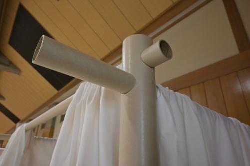 紙管のジョイント部。柱となる紙管に穴を開け、梁(はり)の紙管を差し込むシンプルな組み立て方だ(写真:日経アーキテクチュア)