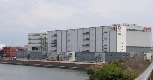 警視庁城南島仮設待機所を北西側から見る。手前に6棟、右奥に1棟、計7棟のプレハブが立つ(写真:日経アーキテクチュア)