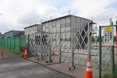 建設中の警視庁城南島仮設待機所。このほか3カ所の仮設待機所を改修して、新型コロナウイルス検査陽性の無症状患者および軽症者の受け入れ施設にする。2020年4月12日撮影(写真:日経アーキテクチュア)