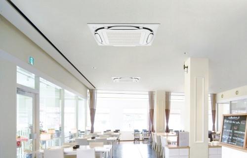 飲食店の天井に取り付けた、ダイキン工業の業務用空調設備の例(写真:ダイキン工業)