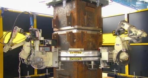 鹿島が新たに開発した多関節(マニピュレーター)型の現場溶接ロボット。2020年3月25日に発表した(写真:鹿島)
